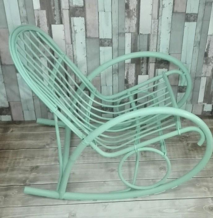 Malowany szałwiowy fotel wiklinowy