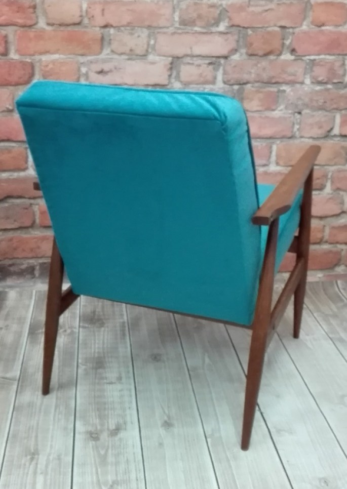 Turkusowa tapicerka w fotelu PRL