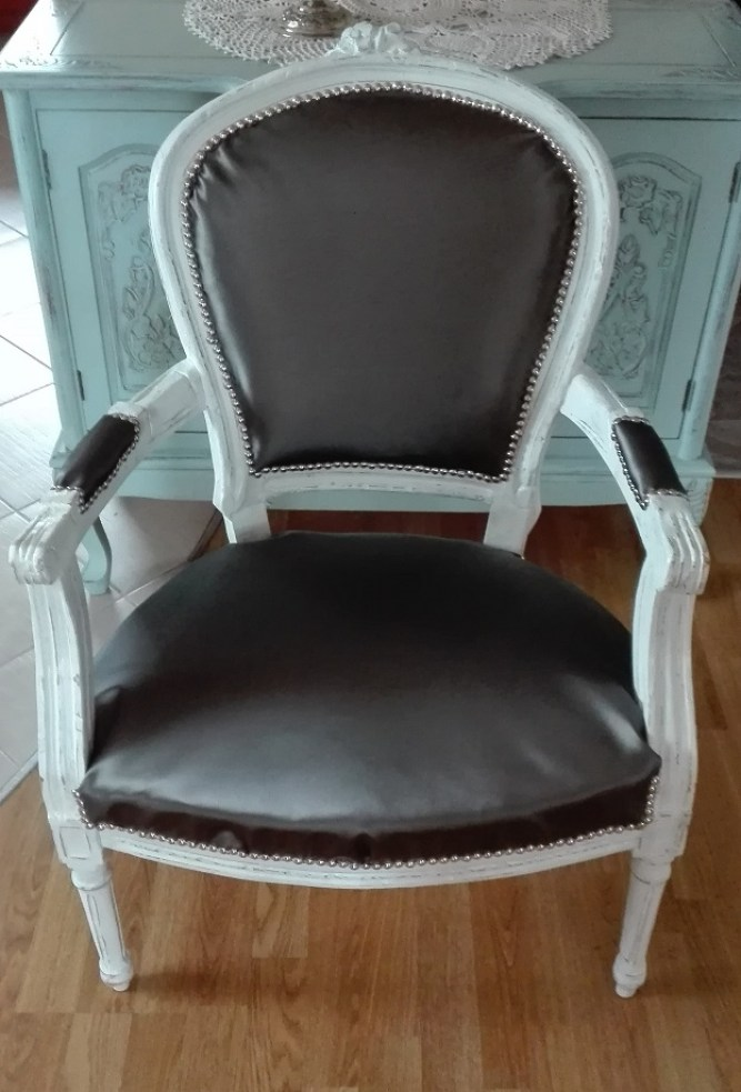 Stylowy fotel z metaliczną tapicerką