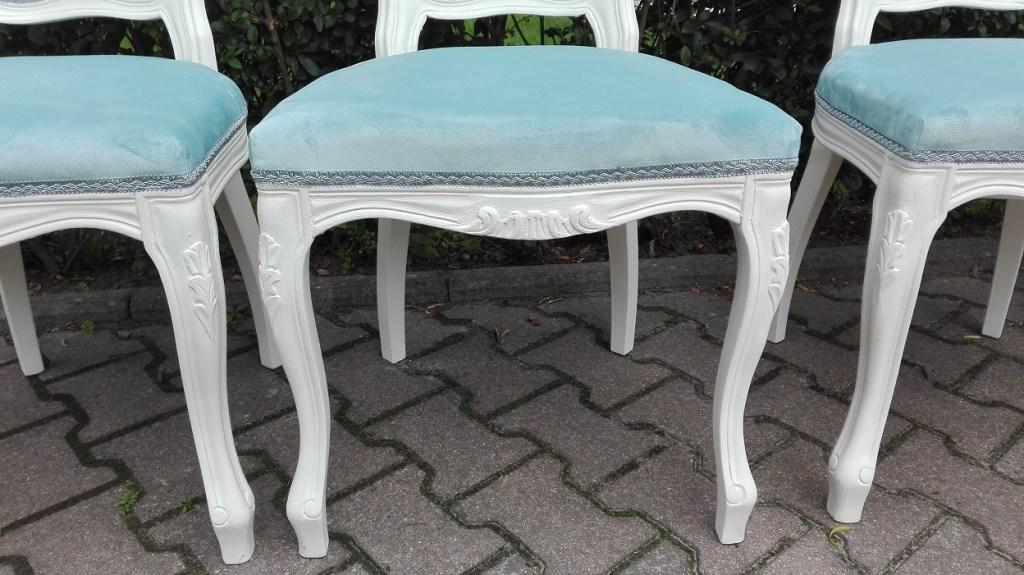 Białe krzesła z miętową tapicerką