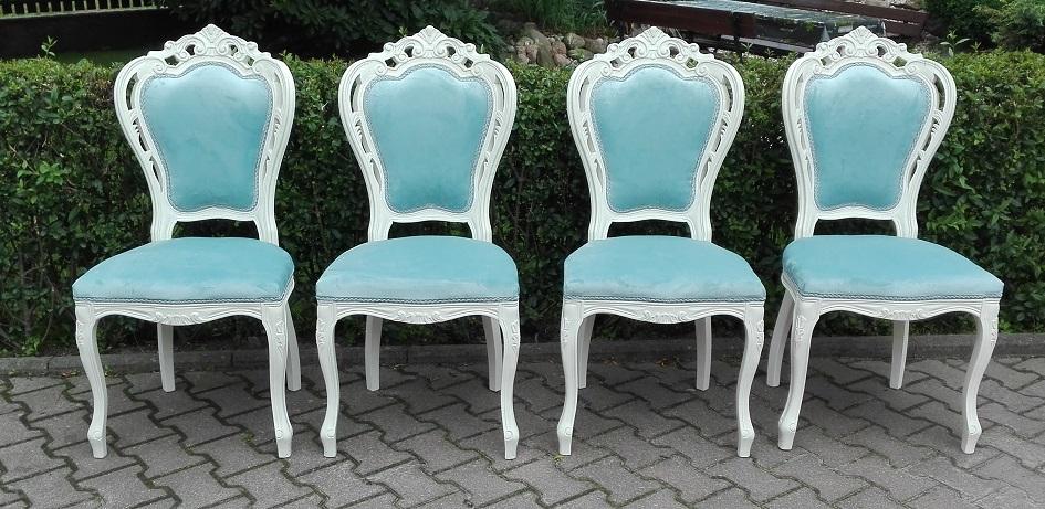 Krzesła ludwikowskie po renowacji z błękitną tapicerką