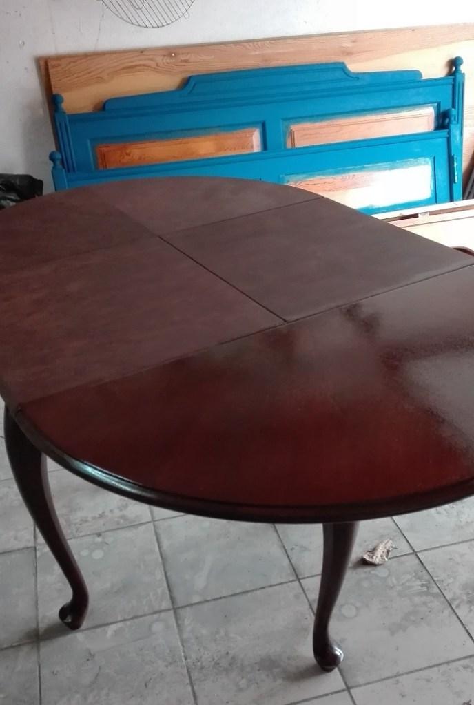 Renowacja stołu - lakierowanie drewna