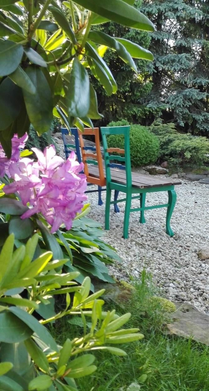 Ławka zrobiona ze startch krzeseł