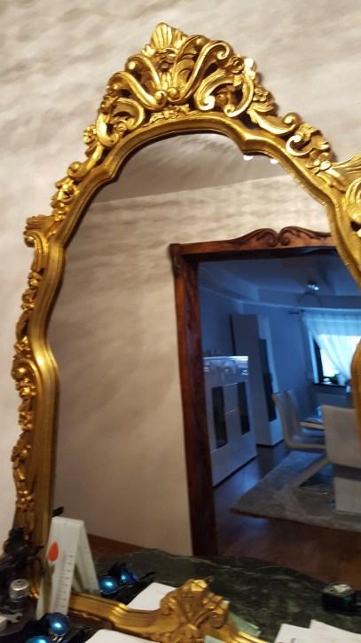Lustro w złotej stylowej ramie