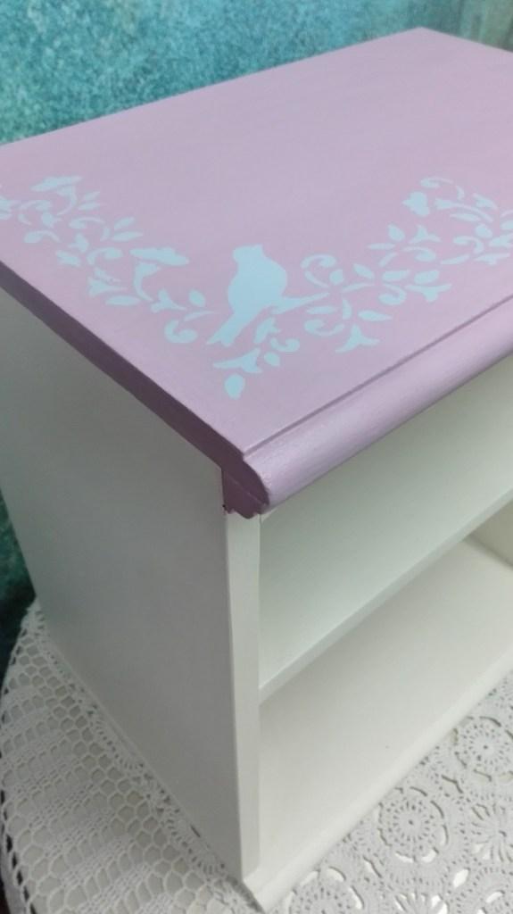 Malowana szafka nocna- motyw ptaków