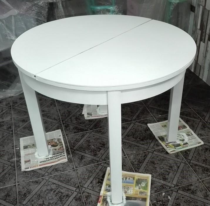 Malowanie stołu na biało farbą