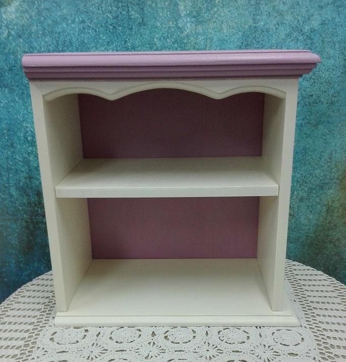 Malowana szafka z otwartymi półkami