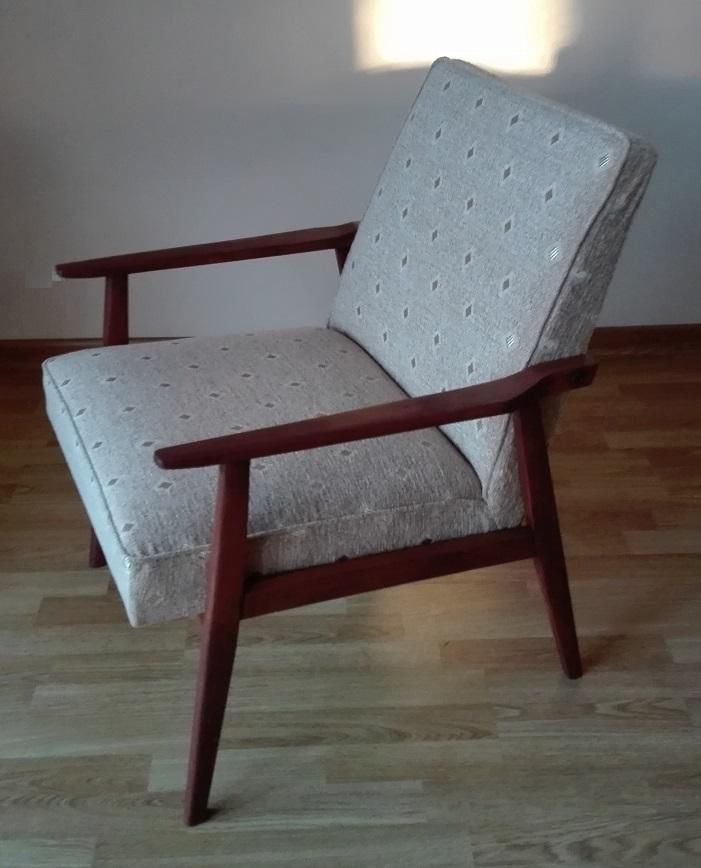 Odnowiony fotel PRL z beżową tapicerką