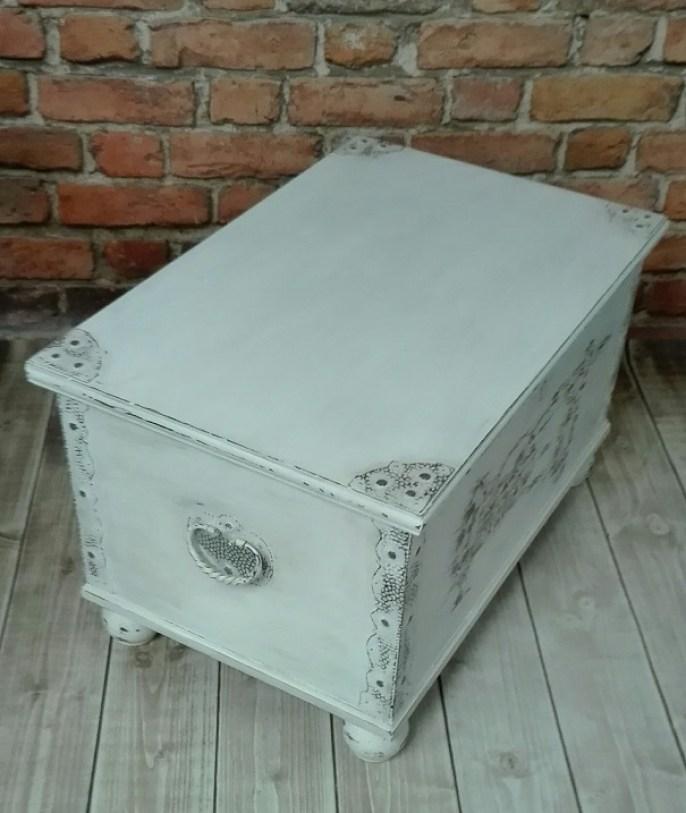 Kufer z okuciami malowany na biało