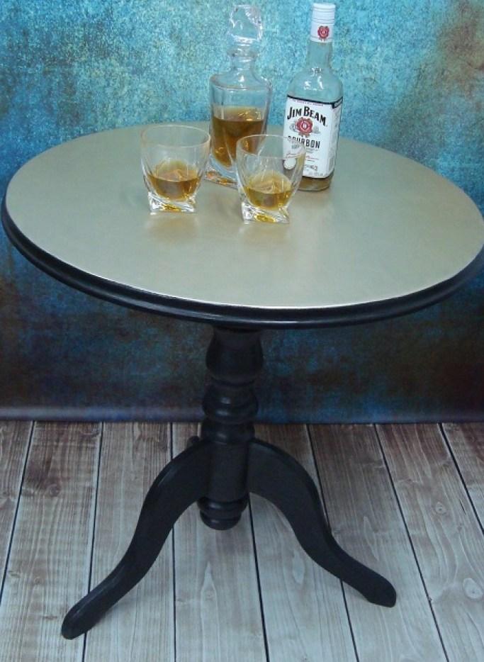 Stolik ze złotym metalicznym blatem