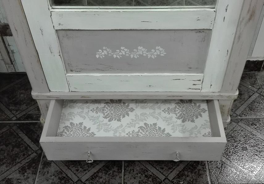 Malowana szafa - wnętrze szuflady