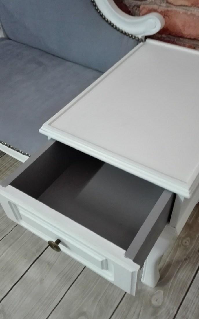 Ludwikowska ławka malowana na biało
