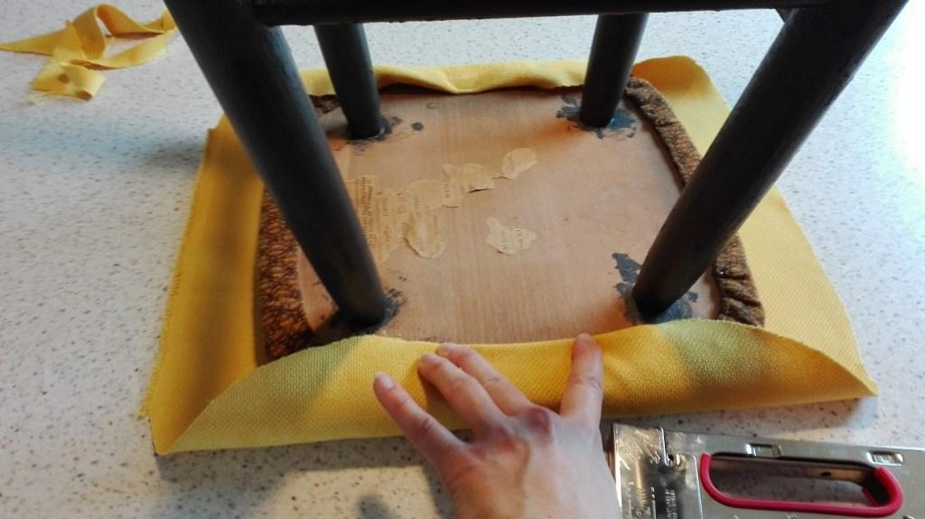 Obijanie stołka nową tkaniną