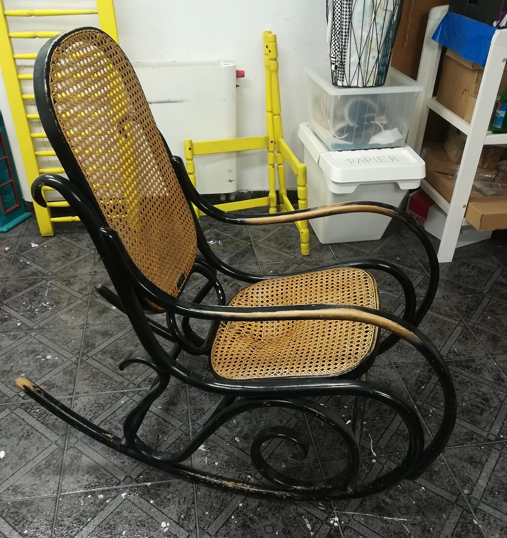Stary fotel bujany do odnowienia