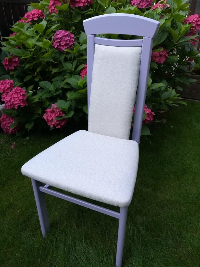 Fioletowe malowane krzesło z nową beżową tapicerką