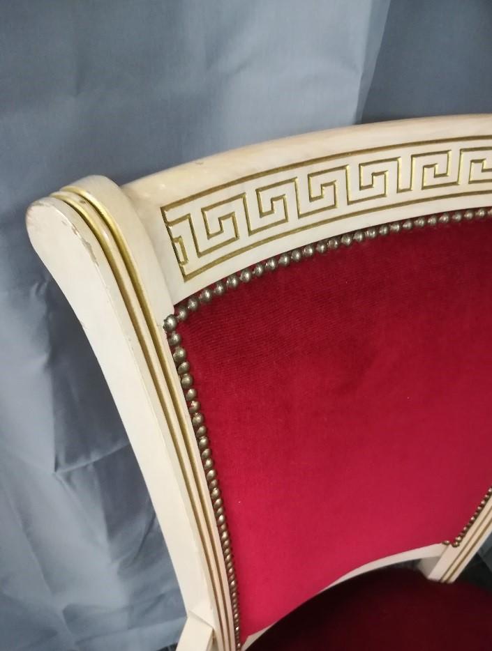 Krzesło z czerwoną tapicerką