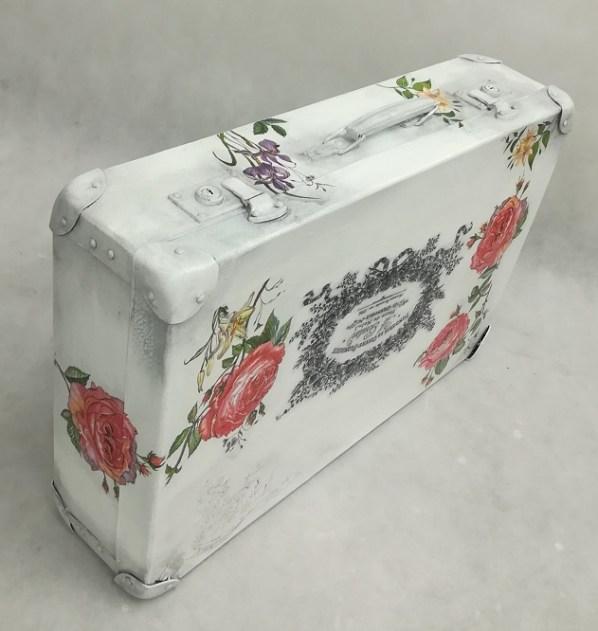 Biały kufer malowany