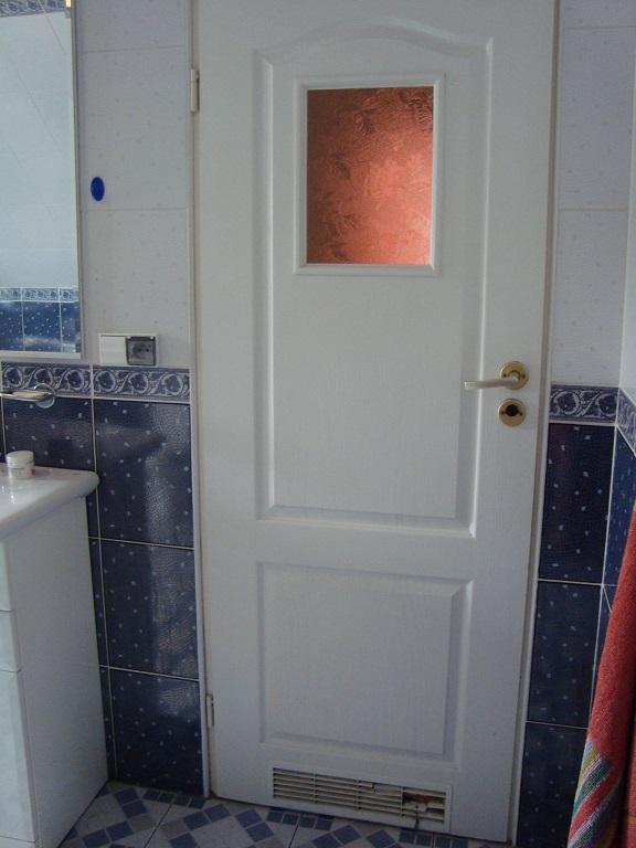 drzwi do łazienki przed odnowieniem