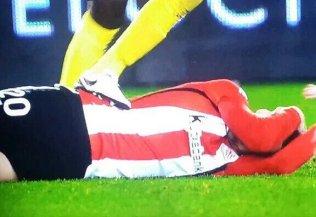 Aduriz rompe la bota a Bailly con un golpe de espalda