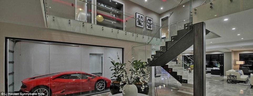 Üvegfalú garázzsal az autó a nappali ékévé válik