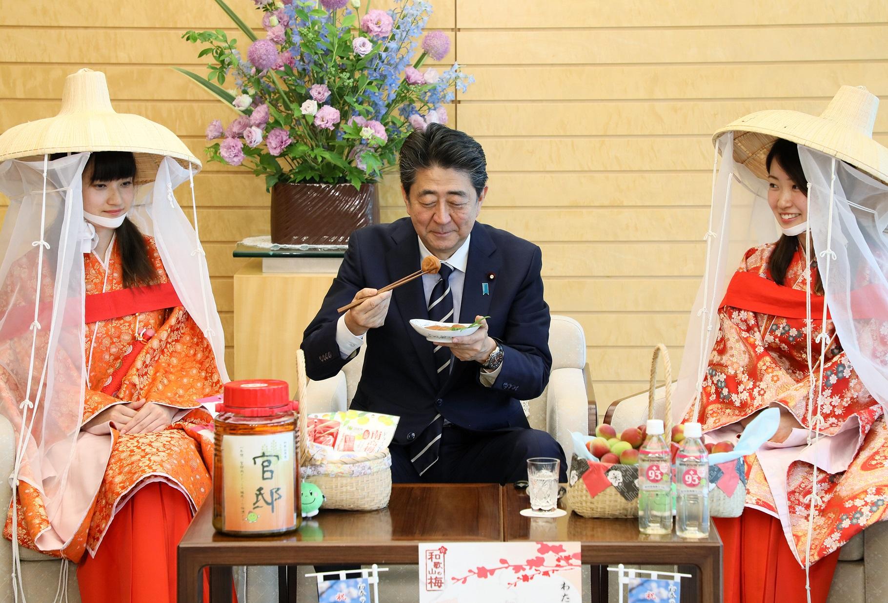 安倍総理は和歌山県田辺市の真砂市長及び紀州梅の会「梅娘」による表敬