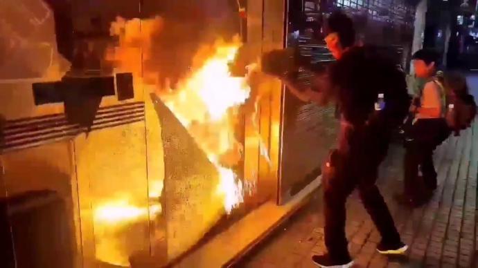 【速報】香港のデモ隊、ついに一線を越える。ビルに放火