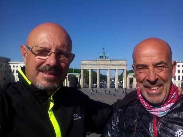 Salvador y yo, posando en la Plaza de Paris