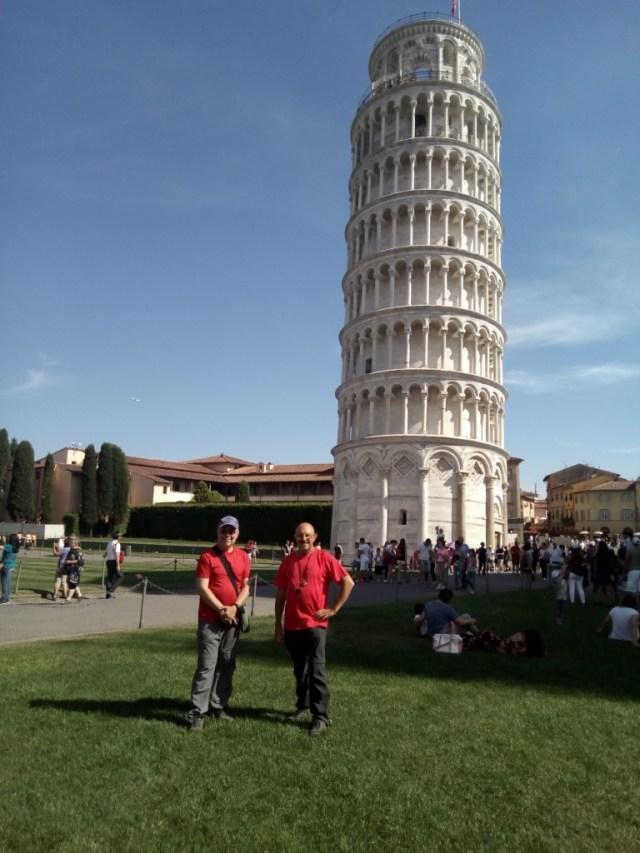 Típica foto turística ante la Torre Pendente o Torre inclinada