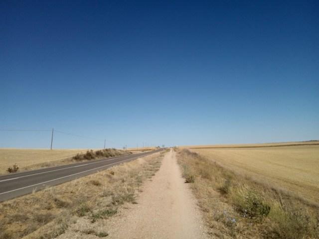 El camino junto a la carretera