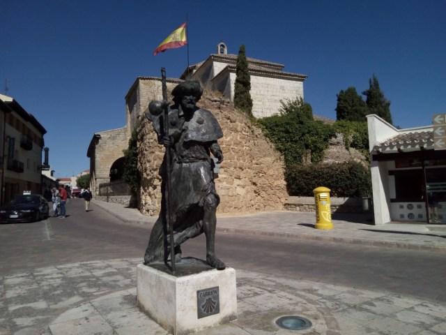 Estatua de Peregrino a la entrada de Carrión de los Condes