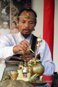 Le pedanda, prêtre local, lors d'un mariage balinais
