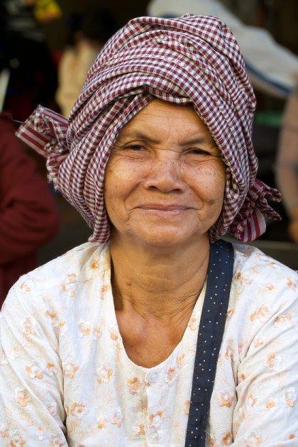 Un marchande de légumes sur un marché de Phnom Penh
