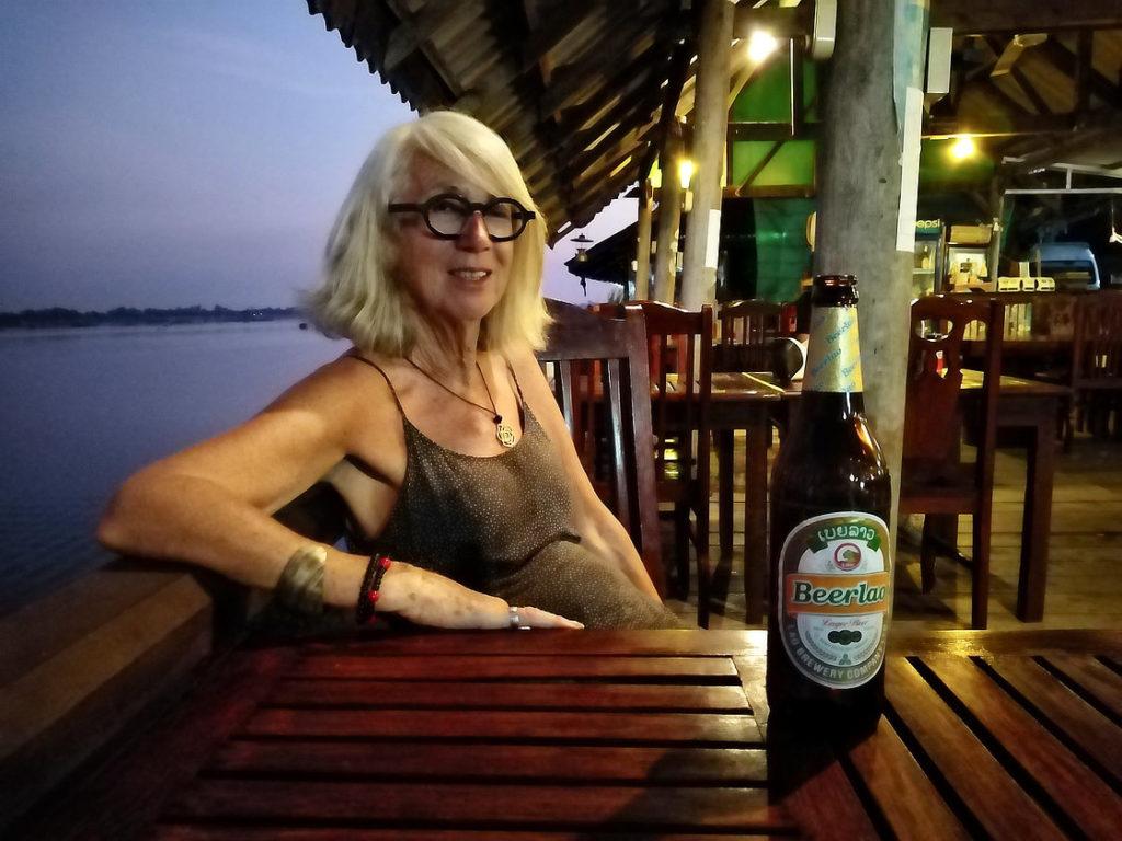 Chantal à l'apéro devant le Mékong