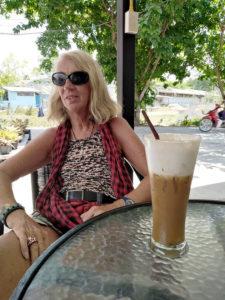 Chantal devant son cappuccino glacé