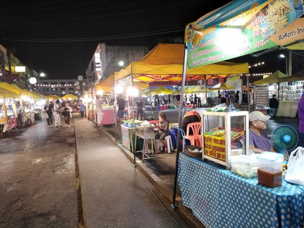 Sur le marché nocturne déserté de Krabi