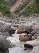 Piedras en el cañón producto de la construcción de mini-hidro