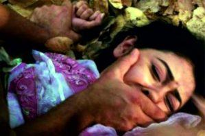 Индияда көчөдөн эл көзүнчө кыз зордуктап… (Видео)