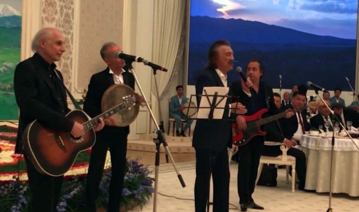 Фаррух Закиров Атамбаевдин ырын ырдап чыкты