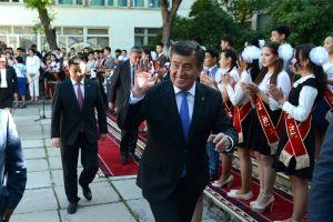 Президент Сүймөнкул Чокморов, Төлөмүш Океев бүткөн мектепке барып, белек берди (ВИДЕО)