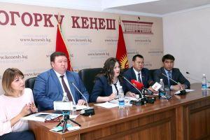Депутаттар Өмүрбек Текебаевдин ишин кайра кароону талап кылышты