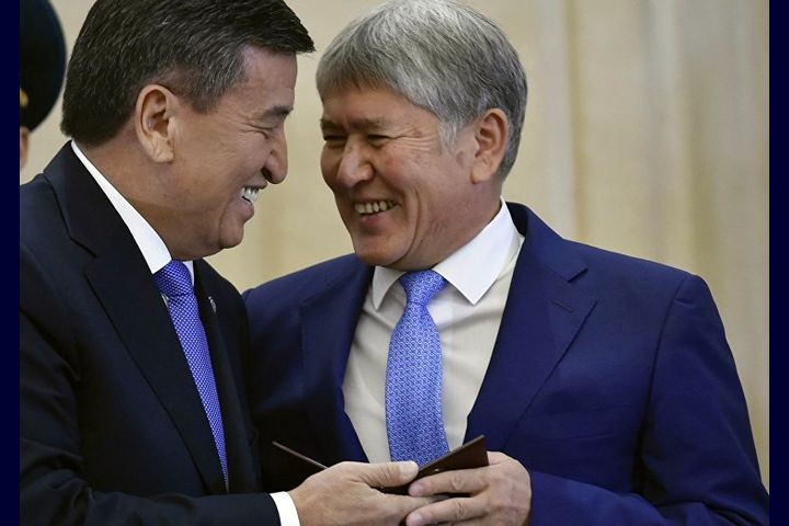 Атамбаев Жээнбековду ичет деп, парламентти чимкирик атады... (ВИДЕО)