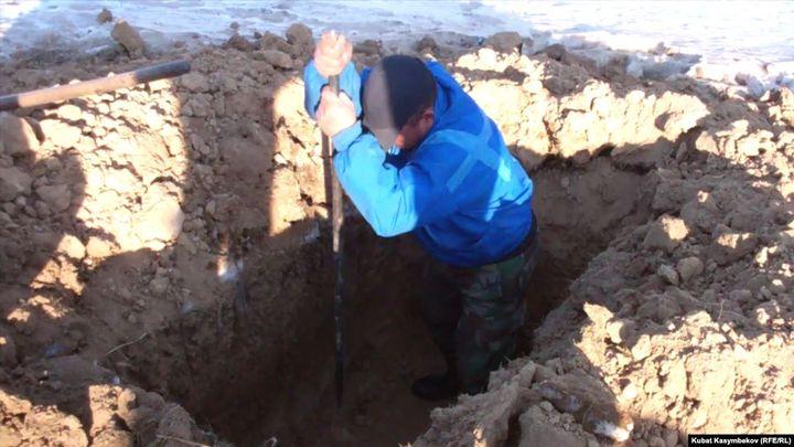 Көр казгандардын айлыгы, сөөк ташыган техниканын абалы боюнча кызыктуу маек