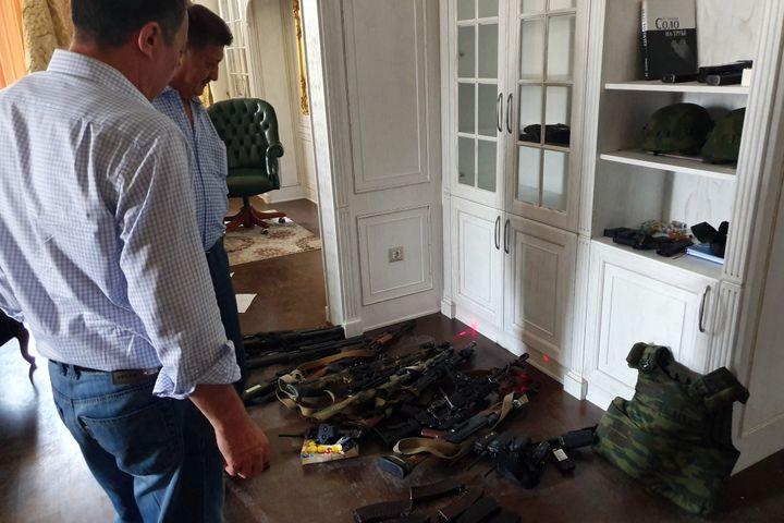 ВИДЕО: Атамбаевдин үйүндөгү курал-жарактарды Жолдубаева ИИМге өткөрүп берди