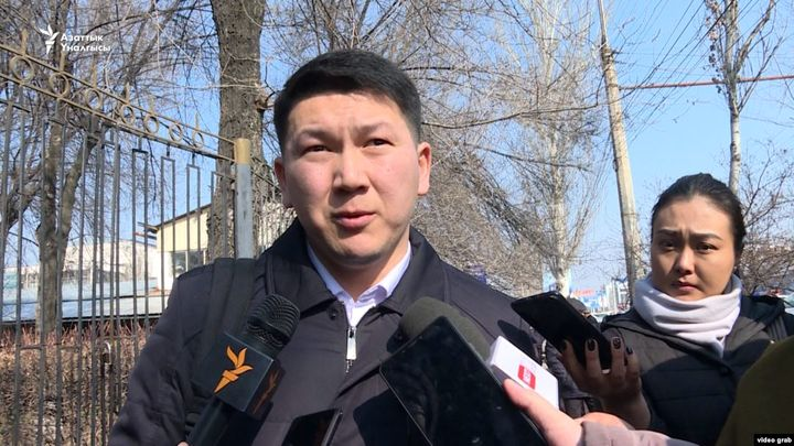 Видео – Алмазбек Атамбаевдин адвокаты эртеңки тынчтык митингге эмне алып чыгууну айтты