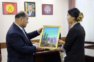 """Студенттер министрди майрамы менен куттуктап, """"Биринчи мугалим"""" картинаны белек кылышты"""