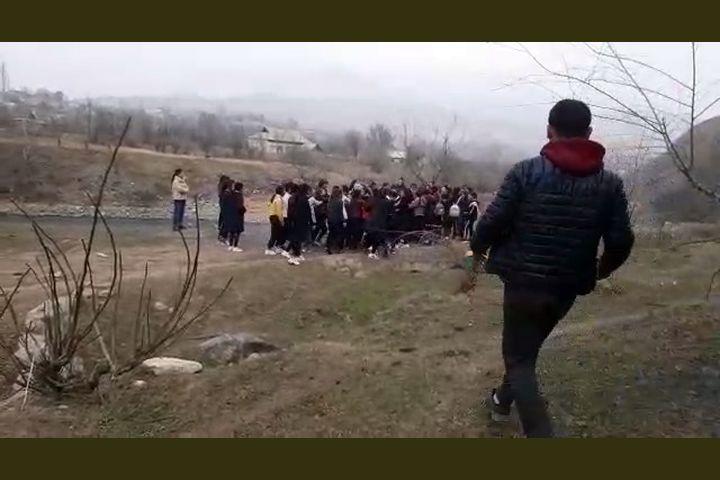ВИДЕО: Аксыда топтошкон окуучу кыздар мушташты