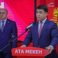 """Жанар АКАЕВ: """"Карайлап багыт издеп турганда, Өмүрбек Текебаев парламентке келди"""""""