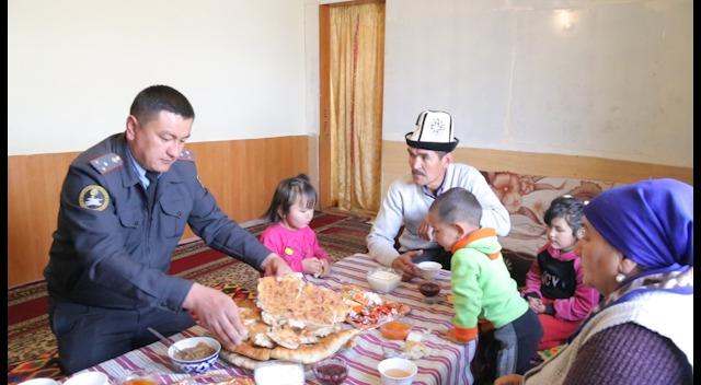 ВИДЕО —  Үй-бүлөсүн Тажикстандан Кыргызстанга көчүрүп келген Аброр Разиков
