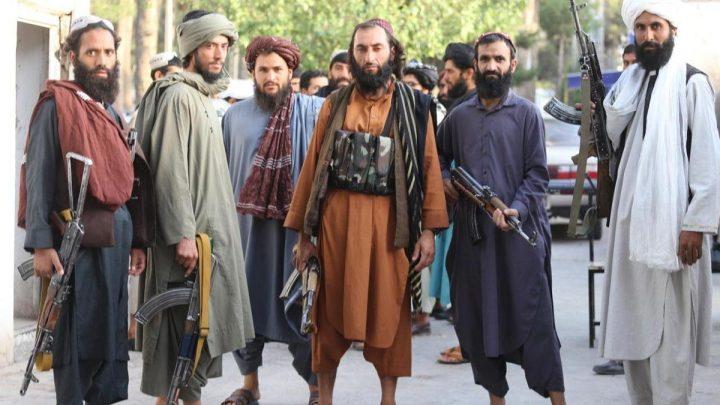 Аялдардын нааразылык акциясын чагылдырган журналисттерди талибдер камчы менен катуу сабашты