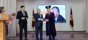 Ректор Ибрагим Жунусовго ЖаМУнун Ардактуу профессорунун мантиясын жана дипломун тапшырды